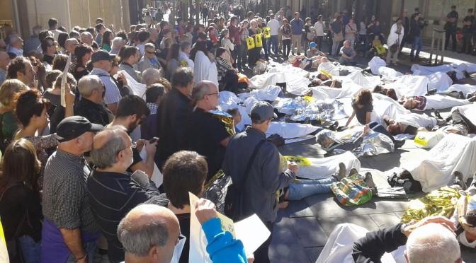 Un momento de la protesta ante el Banco Santander.