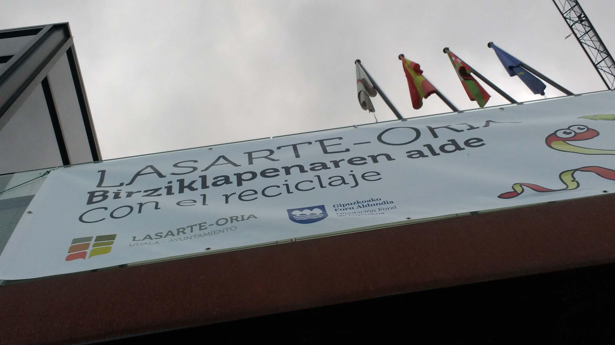 La pancarta del balcón del Ayuntamiento dice: