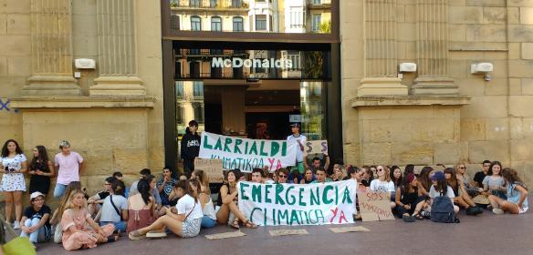 Euskal Herrian ere mobilizazioak egin dira. Honako irudian, Fridays for Futureko kideak ostiralean, Donostiako Bulebarreko McDonaldsen aurrean.